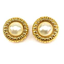 Chanel: Pearl & Gold Metal Earrings (mo)