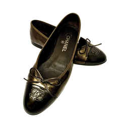 CHANEL BALLET FLATS IN CHOCOLATE BROWN WITH DARK GRAY METALLIC PATENT LEATHER CAP TOE 39 / 8.5